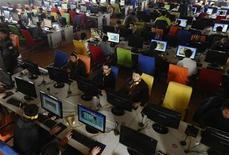 """<p>Personas usan computadores en un cibercafé en Changzhi, China, 3 nov 2009. Tres activistas de internet chinos fueron sometidos a juicio el miércoles por dar a conocer la polémica muerte de una joven, días antes de que el presidente de Estados Unidos, Barack Obama, llegue a China en una visita en la que abordaría el tema de derechos humanos. Los tres activistas fueron acusados en una corte de la provincia de Fujian, en el este de China, por """"realizar falsas acusaciones"""", ayudar a redactar y subir a internet documentos y un video sobre la muerte de Yan Xiaoling, de 25 años. REUTERS/Stringer</p>"""