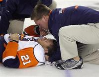 <p>New York Islanders forward Kyle Okposo (21) lays on the ice and gets attended to by a trainer before being taken off on a stretcher after being hit by Calgary Flames defencemen Dion Phaneuf in the second period of their NHL pre-season game in Calgary, Alberta, September 17, 2009. REUTERS/Todd Korol</p>