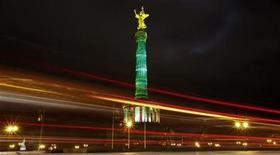 <p>Cars drive past the illuminated victory column during the Festival of Lights in Berlin, October 14, 2009. REUTERS/Fabrizio Bensch (</p>