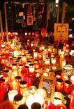 <p>Футбольные шарфы, свечи и фотографии покончившего с собой вратаря сборной Германии Роберта Энке в Ганновере 11 ноября 2009 года. Предрассудки и стереотипы немецкого футбола стоили жизни страдавшему от депрессии вратарю сборной Роберту Энке, и Бундеслиге придется смягчить взгляды на мораль и слабость, чтобы избежать повторения трагедии, сказал глава Федерации футбола Германии. REUTERS/Christian Charisius</p>