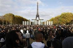 <p>People wait for a bus which is part of a publicity stunt by online marketing company Mailorama.fr, near the Champ de Mars near the Eiffel Tower in Paris November 14, 2009. REUTERS/Benoit Tessier</p>