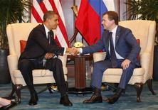 <p>Президент РФ Дмитрий Медведев (справа) и президент США Барак Обама на встрече в Сингапуре 15 ноября 2009 года. Президент России Дмитрий Медведев и его американский коллега Барак Обама в воскресенье заявили, что надеются завершить работу над новым договором о сокращении стратегических наступательных вооружений к концу 2009 года. REUTERS/Jason Reed</p>