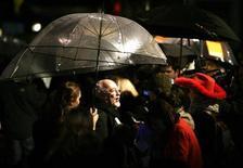 """<p>Imagen de archivo en que el actor Edward Woodward habla con la prensa en el estreno mundial de """"Hot Fuzz"""" en Londres, 13 feb 2007. El actor británico Edward Woodward, conocido por su rol en el clásico filme de 1973 """"The Wicker Man"""" y la serie televisiva estadounidense """"The Equalizer"""", falleció el lunes a los 79 años. Su agente Janet Glass dijo que el veterano actor de teatro y cine estuvo enfermo durante varios meses y que murió en un hospital rodeado de familiares. REUTERS/Dylan Martinez/Archivo</p>"""