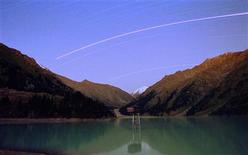 <p>A long exposure picture shows the trail of the planet Mars as the brightest among stars as it crosses the night sky over Bolshoy (Big) Almaty lake at 2,600 meters above sea level in a mountains outside Almaty August 27, 2003. REUTERS/Shamil Zhumatov</p>