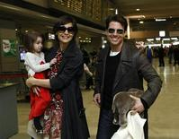 """<p>El actor Tom Cruise, su esposa Katie Holmes, y su hija Suri, en el aeropuerto internacional de Narita, en Japón , 8 mar 2009. La pareja de celebridades Tom Cruise y Katie Holmes seguramente habría pensado dos veces antes de elegir el nombre Suri para su hija, si hubieran sabido que la palabra significa """"carterista"""" en japonés, """"agriarse"""" en francés y """"caballas"""" en italiano, señaló Today Translations. REUTERS/Toru Hanai/Archivo</p>"""