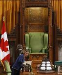 <p>Foto de archivo de una empleada preparando la sala para una reunión de la Cámara de los Comunes en Ottawa, sep 10 2009. Una parlamentaria canadiense aprendió el martes de la forma más dura que insultar a un legislador rival mediante Twitter no es una buena idea, especialmente si uno está sentado en la misma mesa a la misma hora. REUTERS/Chris Wattie</p>