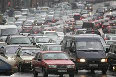 <p>Автомобили стоят в пробке на одной из улиц Москвы 24 октября 2005 года. Совет Федерации РФ вернул в Госдуму поправки в Налоговый кодекс, увеличивавшую вдвое базовую ставку транспортного налога с 2010 года, на доработку после акций протеста автомобилистов. REUTERS/Alexander Natruskin</p>