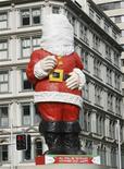 <p>La mairie d'Auckland a offert un lifting à 100.000 dollars néo-zélandais (50.000 euros) à son père Noël en fibre de verre qu'elle dévoilera dimanche. La statue de 20 mètres de haut fait partie des décorations municipales depuis 1960. /Photo prise le 19 novembre 2009/REUTERS/Fairfax NZ/John Selkirk</p>