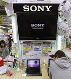 <p>Un hombre prueba un laptop de Sony en una tienda en Tokio, 30 oct 2009. El grupo de electrónica japonés Sony Corp atrasó una esquiva meta de margen de ganancias operacionales del 5 por ciento hasta marzo del 2013, dado que se encamina a su segunda pérdida consecutiva y pierde terreno frente a rivales internacionales. REUTERS/Kim Kyung-Hoon</p>