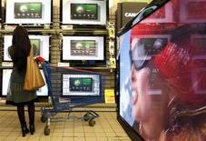<p>Les ventes mondiales de téléviseurs à cristaux liquides ont enregistré une hausse de 38% au troisième trimestre 2009 et atteint un record de 37,5 millions d'unités vendues, selon le cabinet d'études DisplaySearch. /Photo d'archives/REUTERS/Eric Gaillard</p>