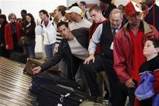 <p>Пассажиры забирают багаж в аэропорту Хартсфилд-Джексон в Атланте 22 ноября 2006 года. Ошибка в работе программного обеспечения привела к массовым задержкам и отменам рейсов в аэропортах вдоль восточного побережья США, сообщила вашингтонская радиостанция WTOP в четверг. REUTERS/Lucas Jackson</p>