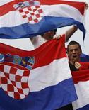 <p>Хорватские болельщики на матче Australian Open между Янко Типсаревичем и Марином Чиличем в Мельбурне 21 января 2009 года. Хорватский парламент ратифицировал соглашение о разрешении трансграничных споров со Словенией, надеясь таким образом устранить главное препятствие на пути вступления Хорватии в Евросоюз. REUTERS/Darren Whiteside</p>