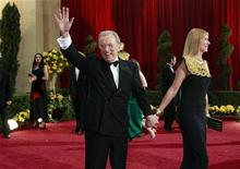 "<p>David Frost, the subject of the film ""Frost/Nixon,"" waves from the red carpet with his wife Carina as they arrive at the 81st Academy Awards in Hollywood, California February 22, 2009. REUTERS/Jason Reed</p>"