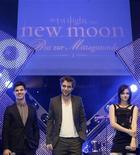 """<p>Da sinistra a destra, gli attori Taylor Lautner, Robert Pattinson e Kristen Stewart a Monaco qualche giorno fa per promuovere """"The Twilight Saga: New Moon"""". REUTERS/Michaela Rehle</p>"""