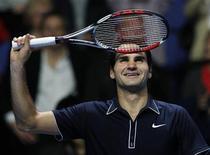 <p>O tenista suíço Roger Federer garantiu a chance de terminar o ano como número um do mundo após vencer nesta terça-feira o britânico Andy Murray na série final da Copa do Mundo de Tênis em Londres. REUTERS/Suzanne Plunkett</p>