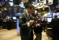 <p>Traders work on the floor of the New York Stock Exchange November 9, 2009. REUTERS/Brendan McDermid</p>