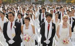 """<p>Un """"matrimonio di massa"""" celebrato ad Asan, a sud di Seoul. La Corte Costituzionale ha eliminato una norma che puniva gli uomini che ingannavano le donne promettendo di sposarle solo per avere sesso. REUTERS/Lee Jae-Won</p>"""