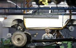<p>Работники АвтоВАЗа на заводе в Тольятти 25 сентября 2009 года. АвтоВАЗ не отдал контроль над своим дилерским холдингом Лада-Сервис его менеджерам, которые были готовы вложить в компанию свои деньги через допэмиссию. REUTERS/Denis Sinyakov</p>