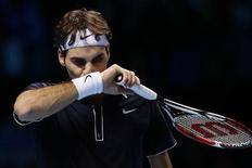 <p>O tenista suíço Roger Federer é visto durante jogo contra o argentino Juan Martín del Potro, quem garantiu nesta quinta-feira um lugar nas semifinais da Copa do Mundo graças à vitória de 6-2, 6-7 e 6-3 sobre o número um do mundo. REUTERS/Stefan Wermuth</p>