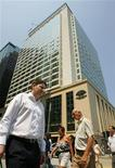 <p>Люди проходят мимо отреставрированного отеля Mandarin Oriental в Гонконге 28 сентября 2006 года. Журнал Travel + Leisure составил хит-парад лучших бизнес-отелей, которые отличаются хорошим сервисом и использованием новейших технологий. REUTERS/Bobby Yip</p>