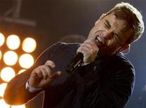 <p>British singer Robbie Williams performs during a free concert in Berlin in this October 23, 2009 file photo. REUTERS/Thomas Peter</p>