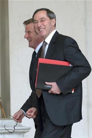 France's Foreign Affairs Minister Bernard Kouchner (L) and Claude Gueant, chief of staff at the French presidency, leave the Elysee Palace, in Paris, following the weekly cabinet meeting, May 6, 2009. Gueant met Rwandan President Paul Kagame on Sunday in Kigali where they agreed to resume relations. REUTERS/Philippe Wojazer