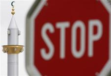 <p>File picture shows a traffic road sign next to the minaret of the mosque of Winterthur October 9, 2009. REUTERS/Christian Hartmann</p>