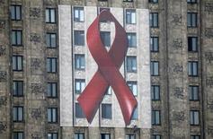 <p>Un enorme manifesto con il laccio rosso, simbolo della lotta all'Aids, esposto sulla facciata del Palazzo della Cultura a Varsavia. REUTERS/Kacper Pempel (POLAND HEALTH ANNIVERSARY)</p>