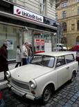 <p>Отделение UniCredit Bank в центре Праги 2 марта 2009 года. Новая волна роста может придти на российский фондовый рынок в 2010 году, поскольку оздоровление глобальной экономики подпитывает аппетит к риску среди инвесторов, а Россия все еще остается для них одним из наиболее привлекательных регионов, пишут аналитики UniCredit в Стратегии на 2010 год. REUTERS/Petr Josek</p>
