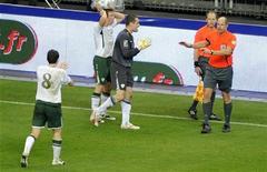 <p>Goleiro da Irlanda Given e outros jogadores reclamam com o árbitro após gol irregular sofrido pela equipe na repescagem das eliminatórias para a Copa contra a França 18/11/2009 REUTERS/Jacky Naegelen</p>