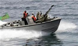 <p>An Iranian boat takes part in naval maneuvers in the Persian Gulf and Sea of Oman April 6, 2006. REUTERS/IRNA</p>