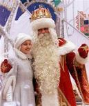 <p>Дед Мороз и Снегурочка в Москве 28 декабря 2001 года. Российский Дед Мороз готов, поскрипывая валенками, войти в мировое информационное пространство - в вотчине старца в Великом Устюге появятся интернет и факс. REUTERS/Alexander Natruskin</p>