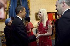 <p>Президент США Барак Обама пожимает руку Михаэле Салахи (в центре) и приветсвет ее муже Тарека (справа) на официальном обеде в Белом доме в Вашингтоне 24 ноября 2009 года. Супруги Салахи, оказавшиеся на прошлой неделе незваными гостями на официальном обеде в Белом доме, утверждают, что у них были приглашения. REUTERS/Samantha Appleton-The White House/Handout</p>