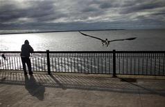"""<p>Мужчина стоит на набережной в городе Пенсакола в штате Флорида 11 ноября 2009 гда. Одиночество, так же как обычный грипп, заразно. Распространяясь от одного человека к другому, оно скорее """"инфицирует"""" женщин, чем мужчин, выяснили ученые из Гарварда, Чикагского университета и университета в Калифорнии (Сан-Диего). REUTERS/Carlos Barria</p>"""