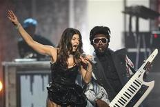 <p>Fergie and will.i.am of the Black Eyed Peas perform a medley of their hits at the 2009 American Music Awards in Los Angeles, California November 22, 2009. REUTERS/Mario Anzuoni</p>