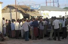 <p>Сомалийцы толпятся у здания бывшего банка, где пираты делят выкуп за освобождение испанского судна Alakrana в Харадхире 18 ноября 2009 года. Сомалийские пираты, превратившие порт Харадхире в свою главную базу, организовали там подобие фондовой биржи, участники которой получают право на часть добычи. REUTERS/Mohamed Ahmed</p>