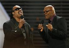 <p>Steve Wonder (a sinistra) con Samuel L. Jackson durante una performance a Los Angeles. REUTERS/Mario Anzuoni</p>