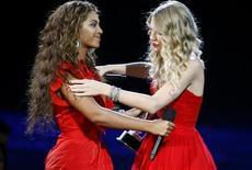 <p>Taylor Swift e Beyoncé durante gli MTV Video Music Awards 2009 a New York. REUTERS/Gary Hershorn (UNITED STATES ENTERTAINMENT)</p>