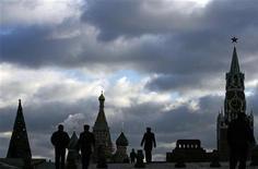 <p>Люди гуляют по Красной Площади в Москве 21 декабря 2007 года. Предстоящие выходные наконец-то порадуют москвичей солнечной погодой, а столбик термометра опустится ниже нуля сообщает Гидметцентр России (www.meteoinfo.ru). REUTERS/Denis Sinyakov</p>