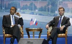 <p>Президент США Барак Обама (слева) и президент России Дмитрий Медведев на деловом саммите в Москве 7 июля 2009 года. Россия и США, которые так и не смогли в срок подписать новый договор о сокращении стратегических наступательных вооружений (СНВ), должны разрешить оставшиеся между ними противоречия к майской конференции государств - участников Договора о нераспространении ядерного оружия. REUTERS/Jason Reed</p>