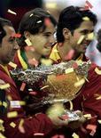 <p>(Слева направо) Капитан сборной Испании Альберт Коста, Рафаэль Надаль и Фернандо Вердаско позируют с Кубком Дэвиса после победы над Чехией в финале турнира в Барселоне 6 декабря 2009 года. Сборная Испании по теннису вновь выиграла Кубок Дэвиса, в финале обыграв Чехию со счетом 5-0. REUTERS/Marti Fradera</p>