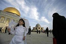 <p>Палестинская девочка в костюме феи стоит у Храмовой горы - святого места как для иудеев, так и для мусульман, Иерусалим 27 ноября 2009 года. Министры иностранных дел Евросоюза требуют начать переговоры о статусе Иерусалима, считая, что этот город должен быть столицей двух государств, Израиля и Палестины. REUTERS/Ammar Awad</p>