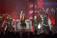 <p>The Black Eyed Peas perform a medley of their hits at the 2009 American Music Awards in Los Angeles, California November 22, 2009. REUTERS/Mario Anzuoni</p>