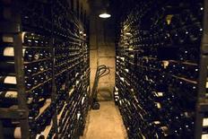 <p>La vente aux enchères de 18.000 bouteilles de vins et spiritueux du restaurant parisien La Tour d'Argent a atteint 1.542.767 euros. /Photo prise le 20 octobre 2009/REUTERS/Charles Platiau</p>