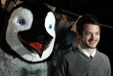 """<p>Los actores Elijah Wood (foto) y Robin Williams participan en negociaciones para retomar sus roles como voces principales para la cinta animada """"Happy Feet 2"""". George Miller regresará para dirigir la continuación del exitoso filme ganador del Oscar del 2006 de Warner Bros./Village Roadshow. Wood interpretará nuevamente a Mumble, el pingüino que no sabe cantar pero que sí puede bailar mejor que cualquier otro pingüino. Williams regresará como (¿quién más?) el hiperactivo y chistoso pingüino Ramón; el actor también presta su voz para el personaje Lovelace. REUTERS/Luke MacGregor/Archivo</p>"""