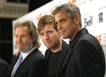 """<p>Актеры Джордж Клуни (справа), Эван Макгрегор и Джефф Бриджес (слева) на премьере фильма """"Безумный спецназ"""" на кинофестивале в Торонто 11 сентября 2009 года. REUTERS/Mario Anzuoni</p>"""