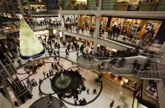 <p>People go shopping in a mall in downtown Toronto, December 23, 2008. REUTERS/Mark Blinch</p>
