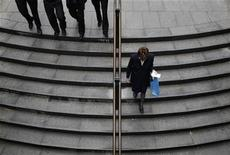 <p>Office workers descend a set of stairs to a train station in central Sydney October 8, 2009. REUTERS/Tim Wimborne</p>