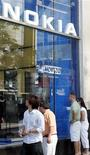 <p>La empresa Nokia cerrará sus dos tiendas insignias de Estados Unidos para reducir costos, en un mercado en el que el fabricante de teléfonos celulares más grande del mundo está peleando por ganar terreno. Nokia ha abierto 12 tiendas en ciudades alrededor del mundo en un intento por copiar el éxito de Apple, lo que ha ayudado al fabricante de dispositivos estadounidenses a impulsar la imagen de su marca más importante. REUTERS/Frank Polich/Archivo</p>