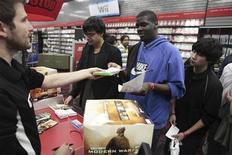 """<p>Покупатели стоят в очереди за видеоигрой """"Call of Duty: Modern Warfare 2"""" в магазине в Нью-Йорке 10 ноября 2009 года. Продажи программного обеспечения и оборудования для видеоигр в США сократились в ноябре 2009 года на 7,6 процента до $2,7 миллиарда, сообщила исследовательская фирма NPD. REUTERS/Lucas Jackson</p>"""